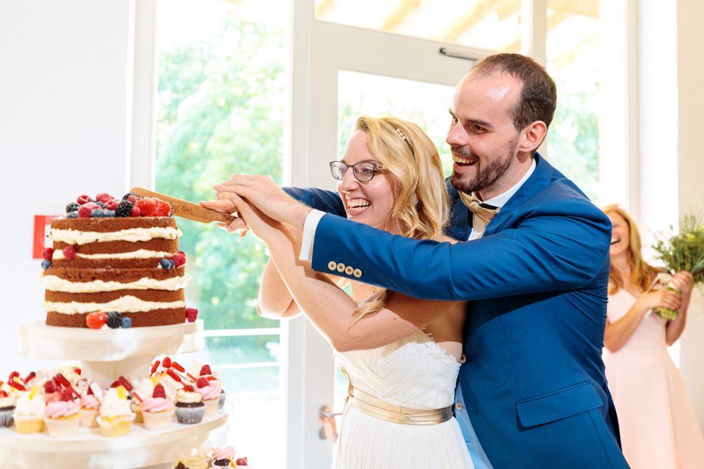 Anschnitt der Hochzeitstorte durch das Brautpaar im BlauArt Tagungshaus