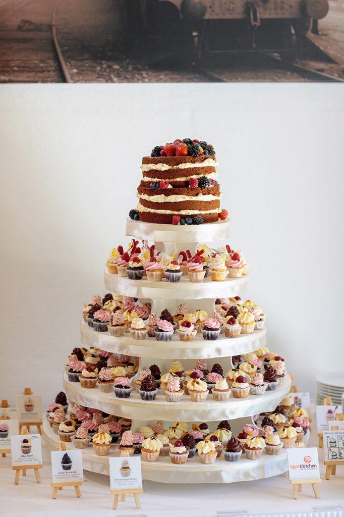 Die Hochzeitstorte war eine Mischung aus Torte und Cupcakes von der Konditorei TigerTörtchen
