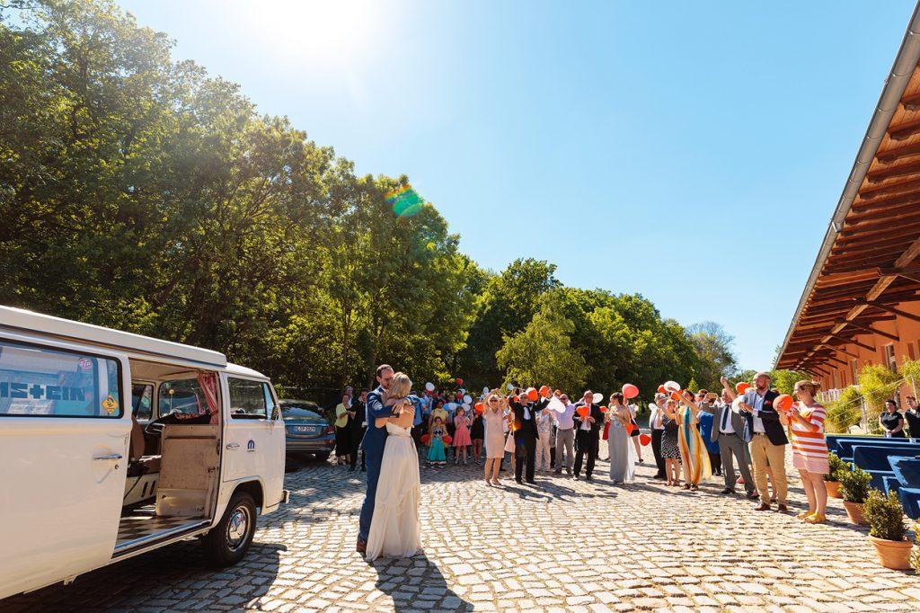 Das Brautpaar kommt am BlauArt Tagungshaus an und wird von seinen Gästen freudig empfangen