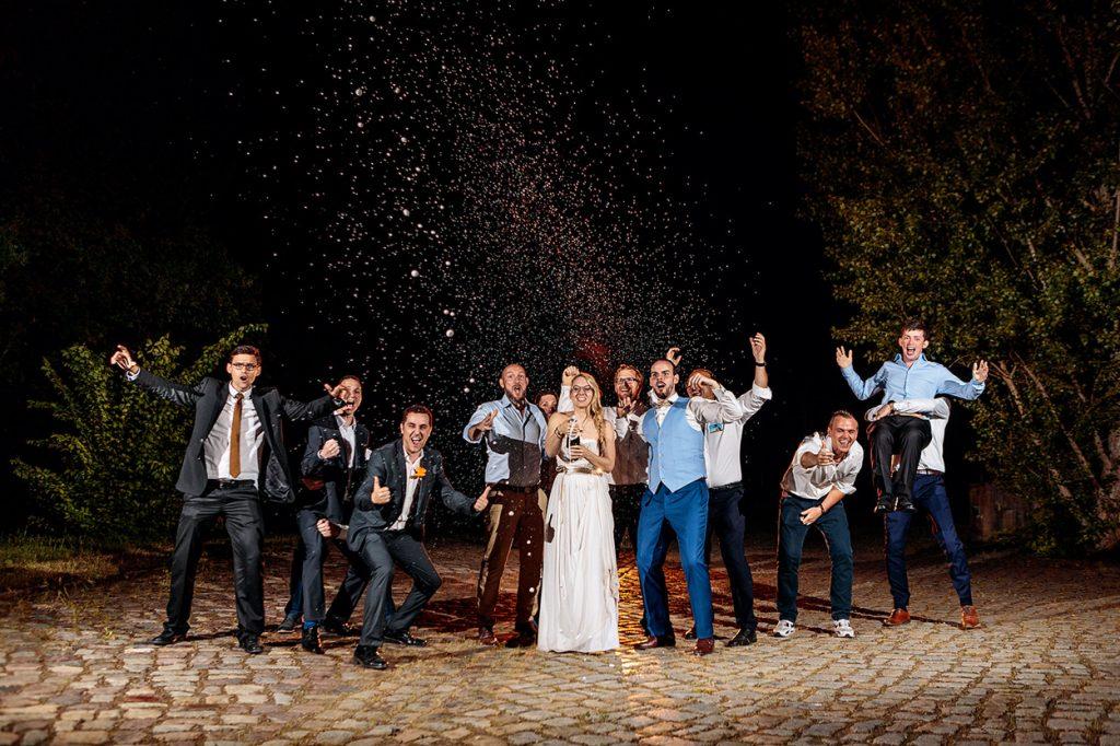 Sektexplosion bei der Hochzeitsfeier vor dem BlauArt Tagungshaus in Potsdam