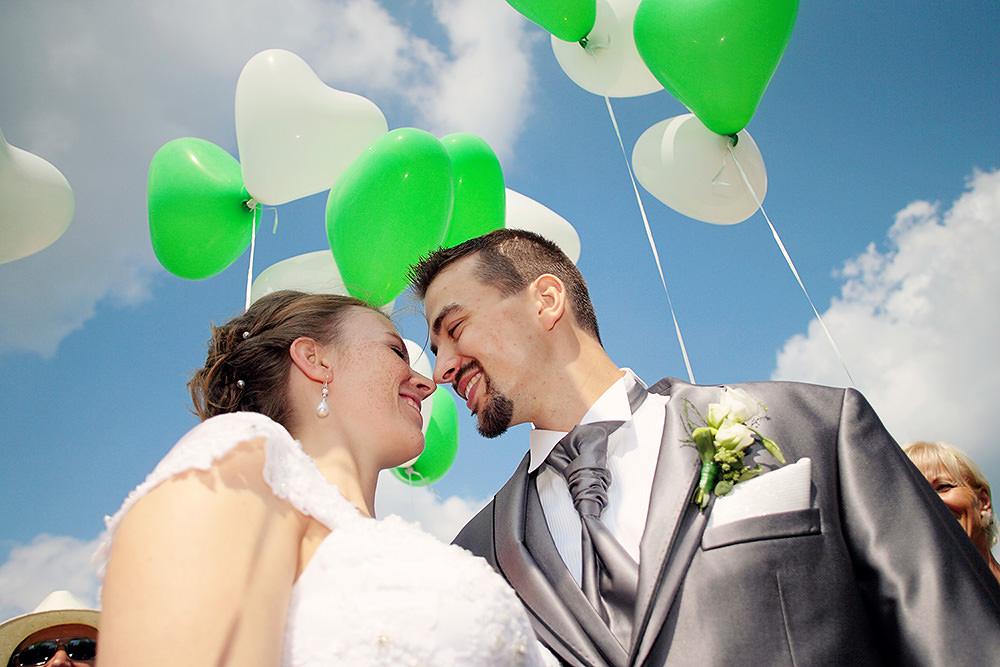Das Brautpaar in einem Luftballonmeer
