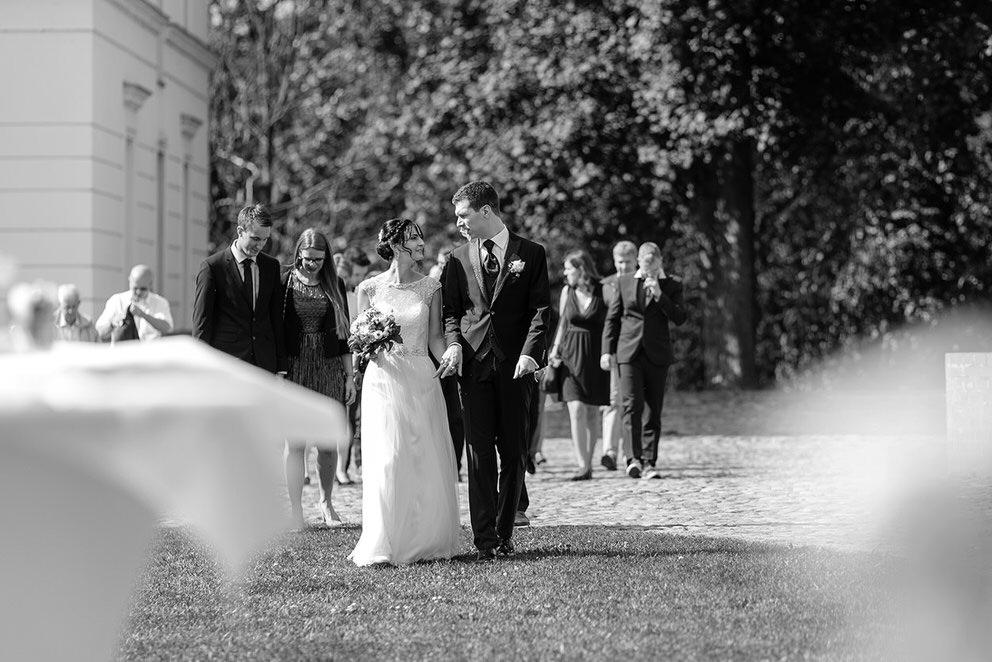 Das Brautpaar und die Gäste erreichen die Hochzeitsfeier auf dem Landgut Stober