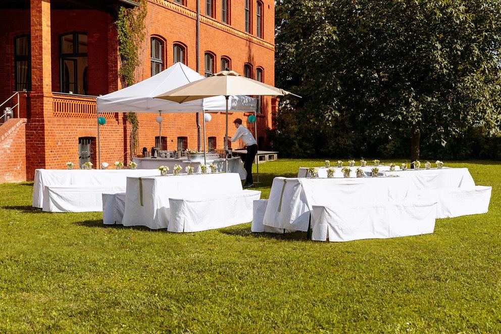 Der Außenbereich für die Hochzeitsfeier auf dem Landgut Stober