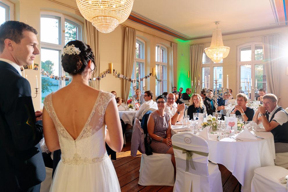 Die Gäste lauschen der Rede des Brautpaares im Landgut Stober