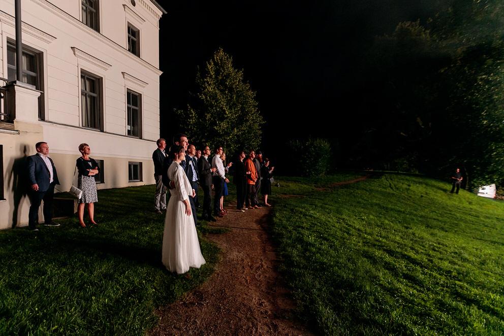 Hochzeitsgäste und Brautpaar beobachten das Feuerwerk auf dem Landgut Stober