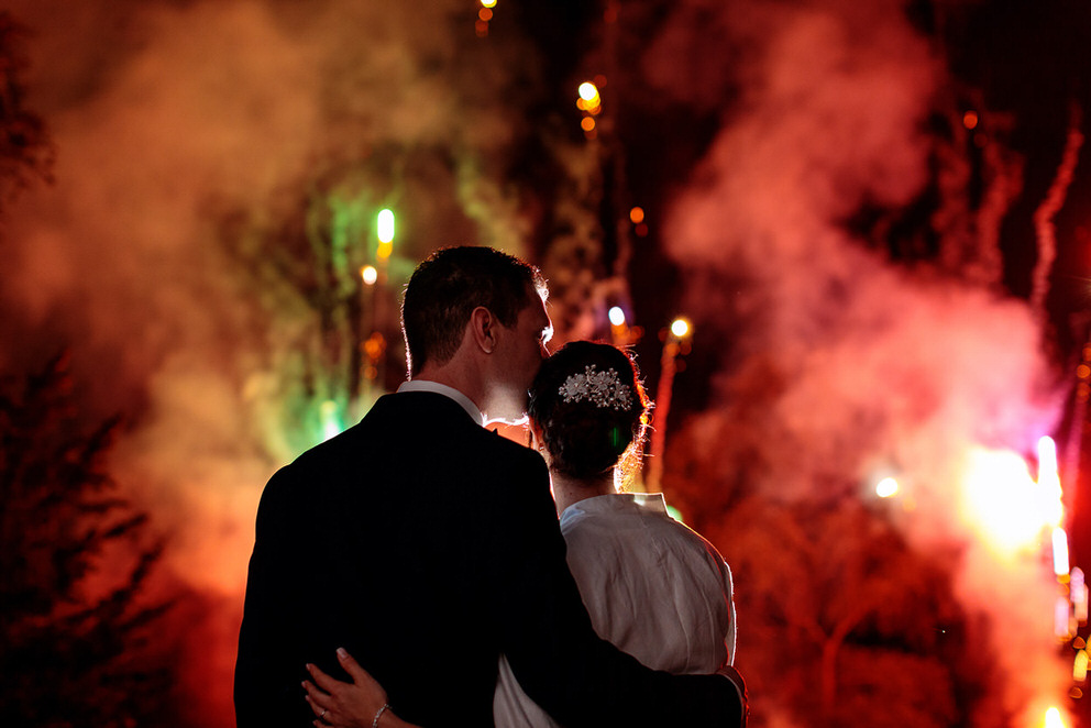 Eine schöne Überraschung bot das heimlich geplante Feuerwerk der Gäste, von dem das Brautpaar nichts wusste