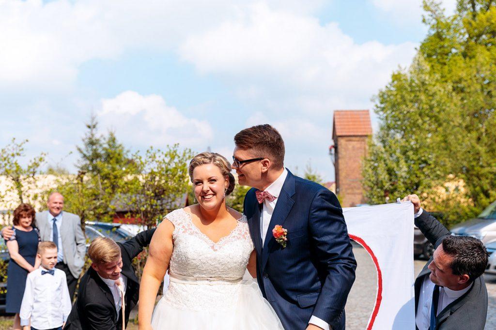 Ankunft des Brautpaares bei der Hochzeitsfeier im Landhaus Alte Schmiede in Niemegk-Lühnsdorf