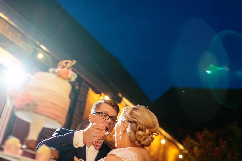 Und dann darf das Brautpaar natürlich auch die Torte probieren