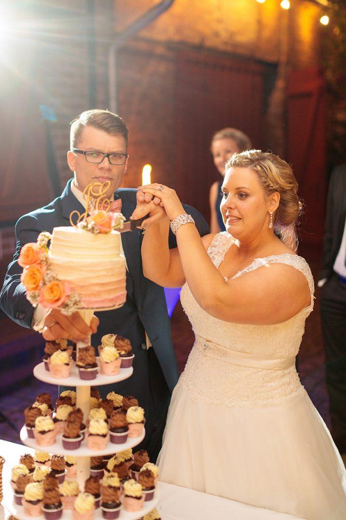 Anschnitt der Hochzeitstorte im Landhaus Alte Schmiede
