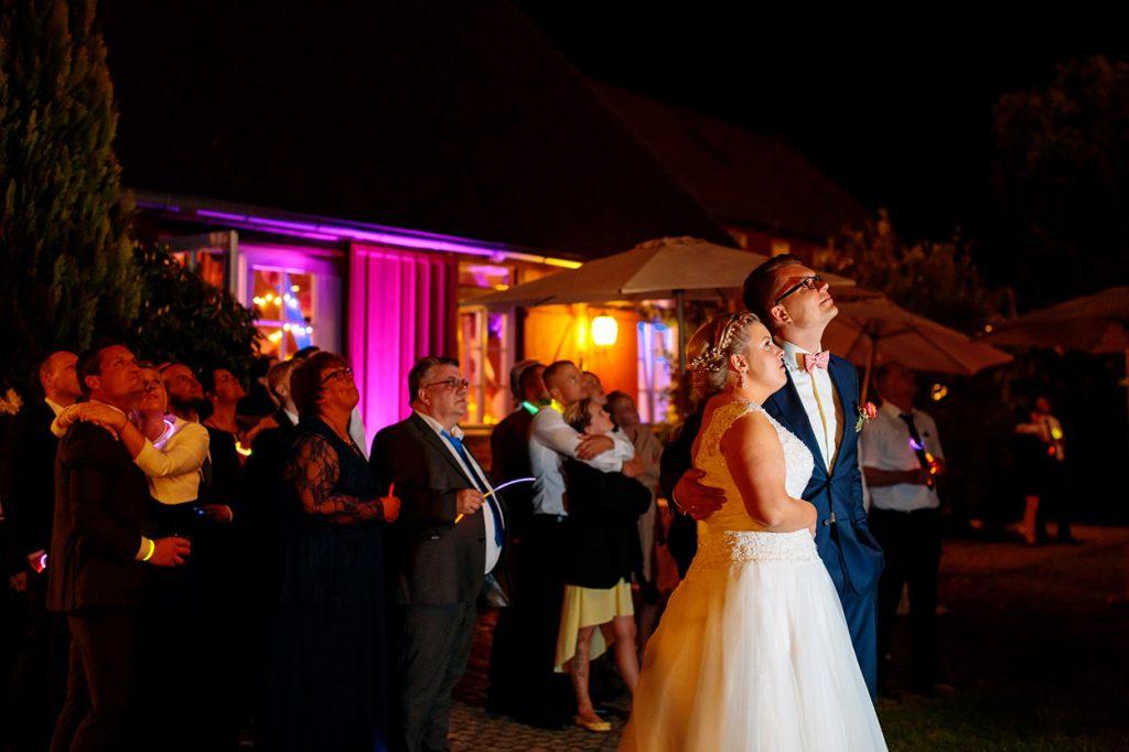 Das Brautpaar beobachtet das Feuerwerk am Abend