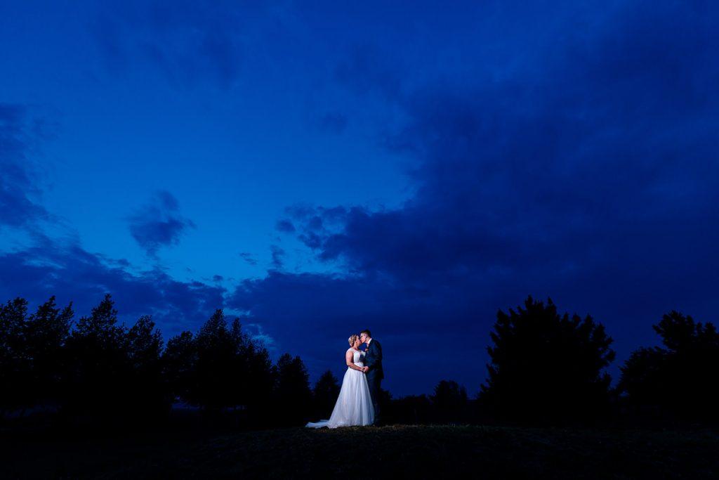 Hochzeitsfotos vom Brautpaar zur blauen Stunde