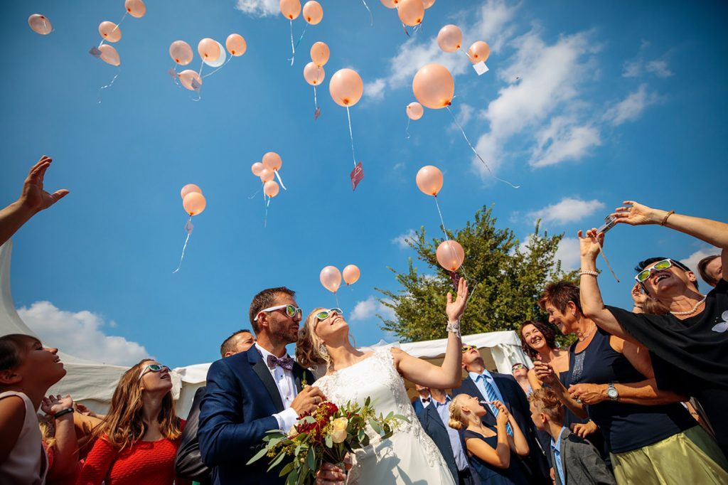 Das Brautpaar beim steigen lassen der Luftballons