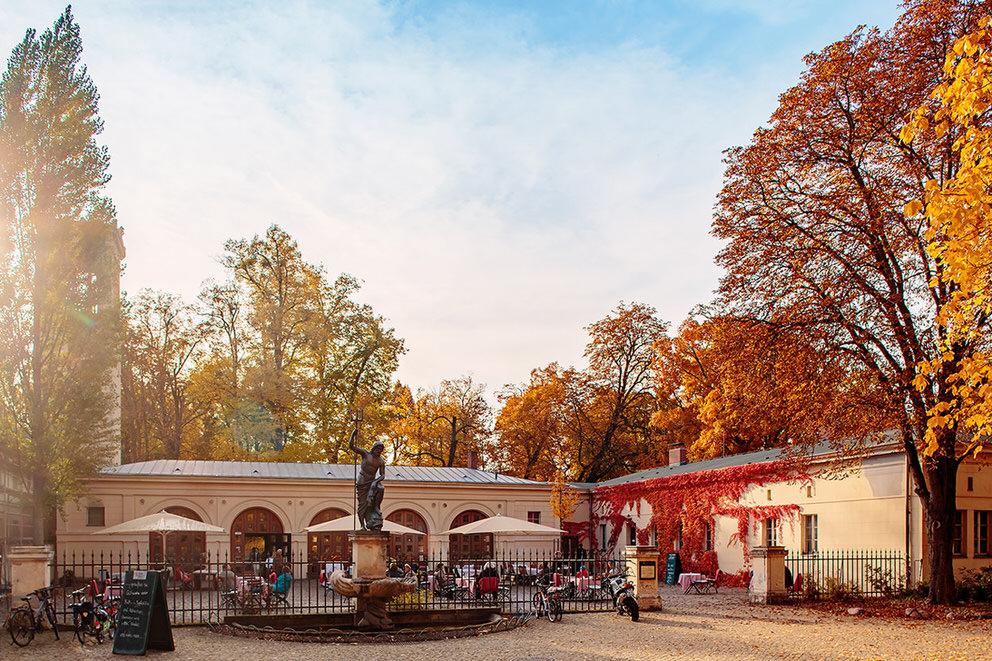 Das Schloss Glienicke bei einer Hochzeit im Herbst