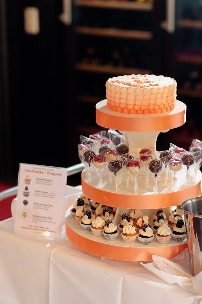 Eine Mix-Etagere aus Torte, Cake-Pops und Cupcakes