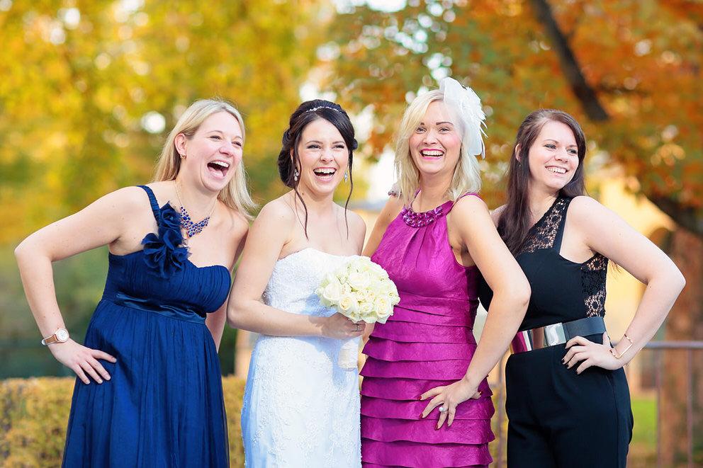 Die Braut mit ihren Mädels