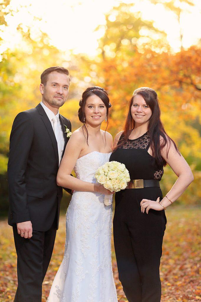 Das Brautpaar mit einem Hochzeitsgast