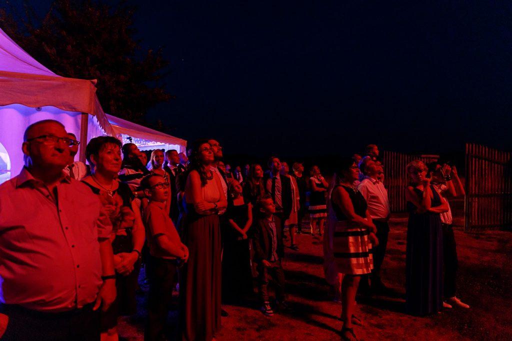 Die Hochzeitsgäste beobachten das Feuerwerk