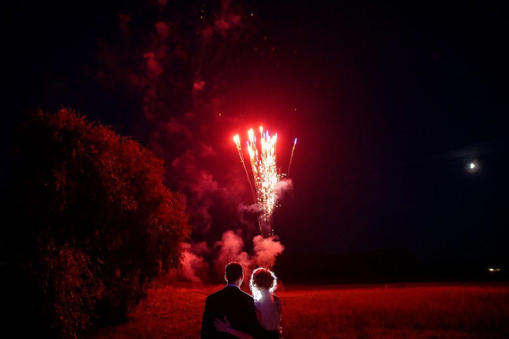 Das Brautpaar beobachtet das Feuerwerk