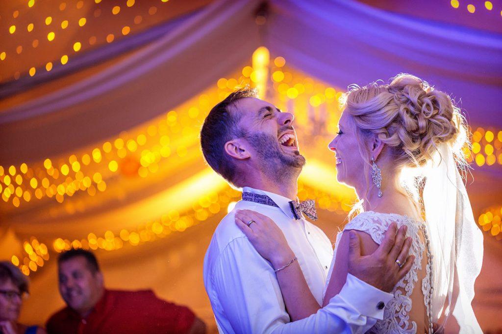 Ein verliebtes Brautpaar auf der Tanzfläche während der Hochzeitsfeier