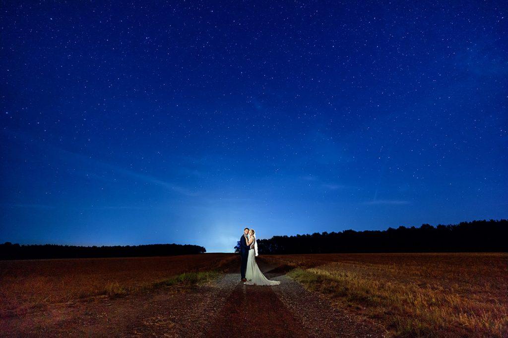 Das Hochzeitspaar unter dem Sternenhimmel