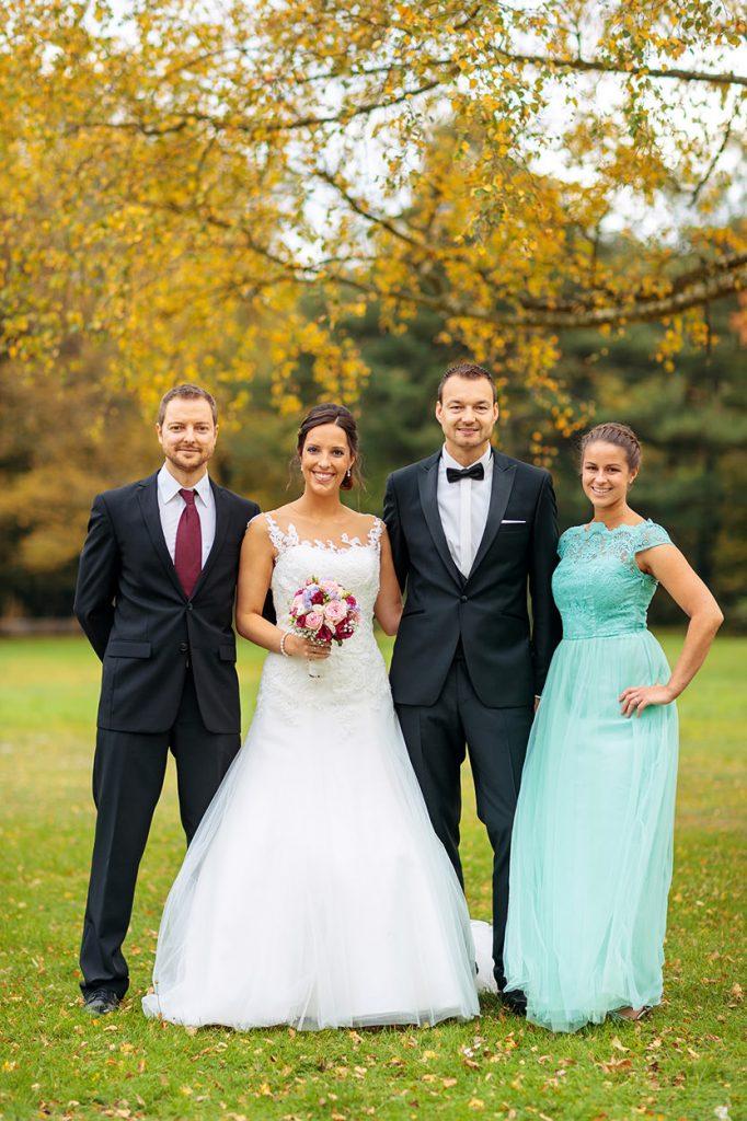 Das Brautpaar mit ihrer Trauzeugin und dem Trauzeugen