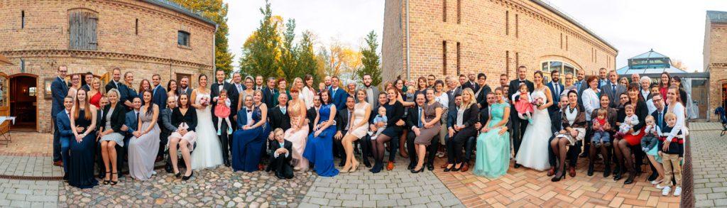 Das Panoramagruppenfoto während einer Hochzeit im Herbst beim Zum Rittmeister Kemnitz