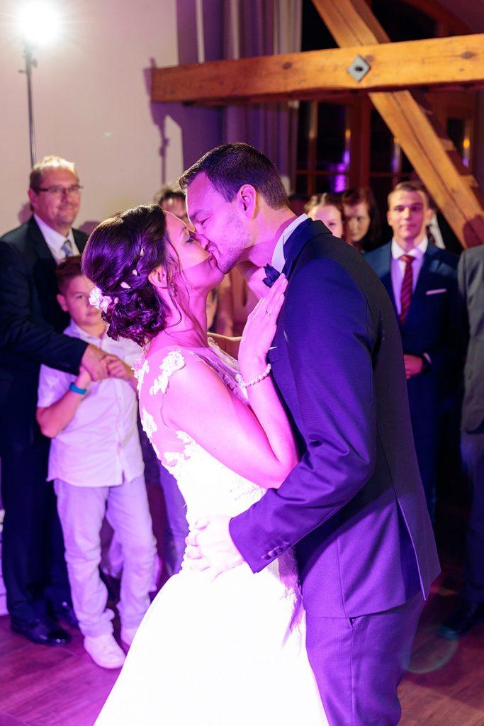 Innige Küsse nach dem Hochzeitstanz des Brautpaares