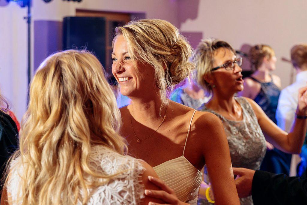 Ausgelassene Stimmung während der Hochzeitsfeier im Zum Rittmeister Kemnitz