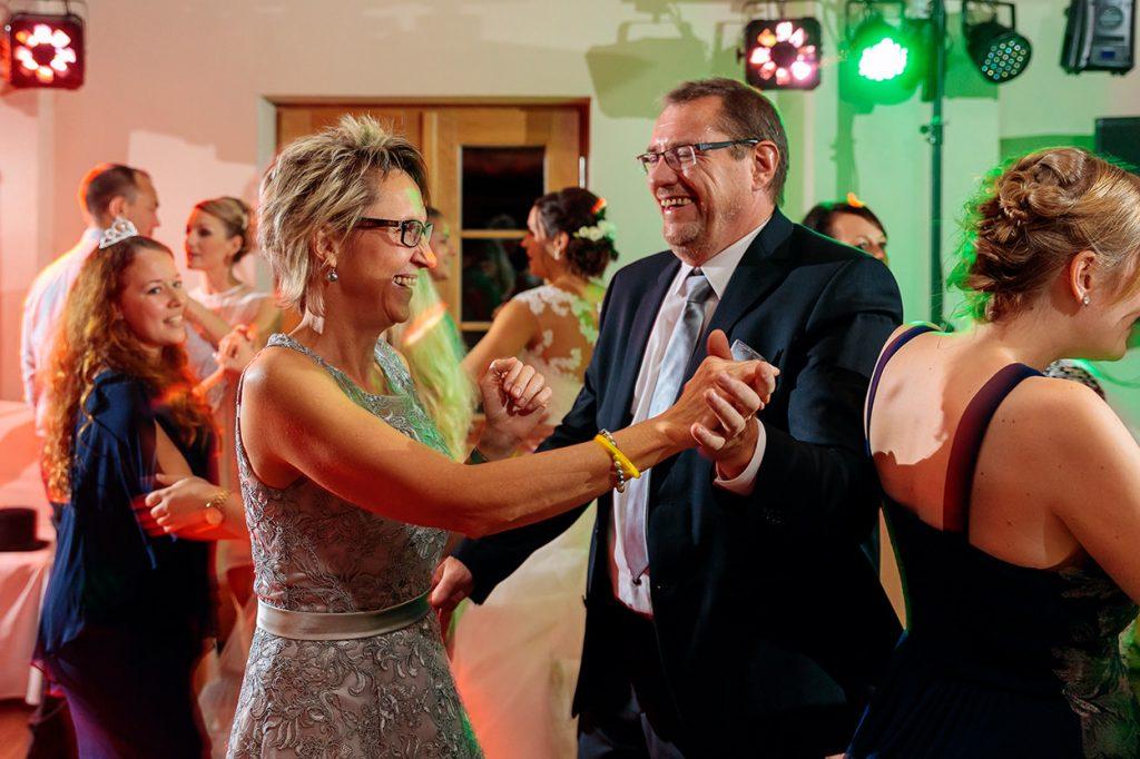 Die Tanzfläche wird von den Hochzeitsgästen erobert