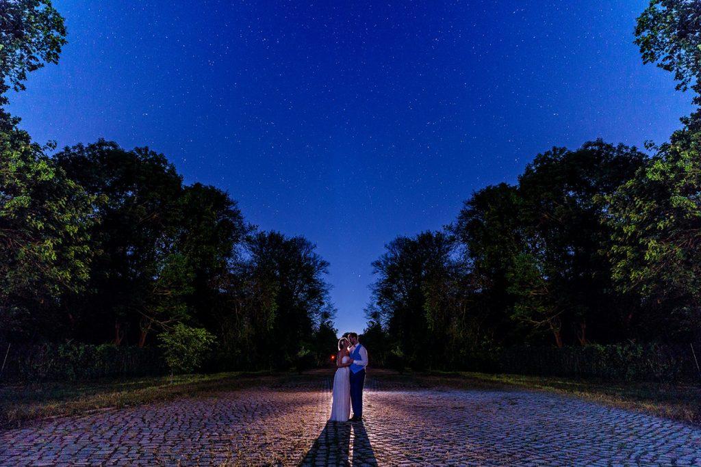 Hochzeitsfotos zur Blauen Stunde auf dem Gelände des BlauArt Tagungshauses