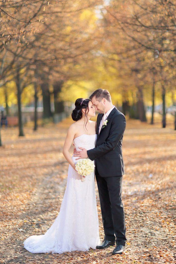 Das Brautpaar im Herbstlaub am Bassinplatz Potsdam
