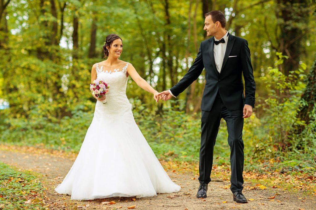 Hochzeitsfotos mit dem Brautpaar im Schlosspark Reckahn nach der Trauung