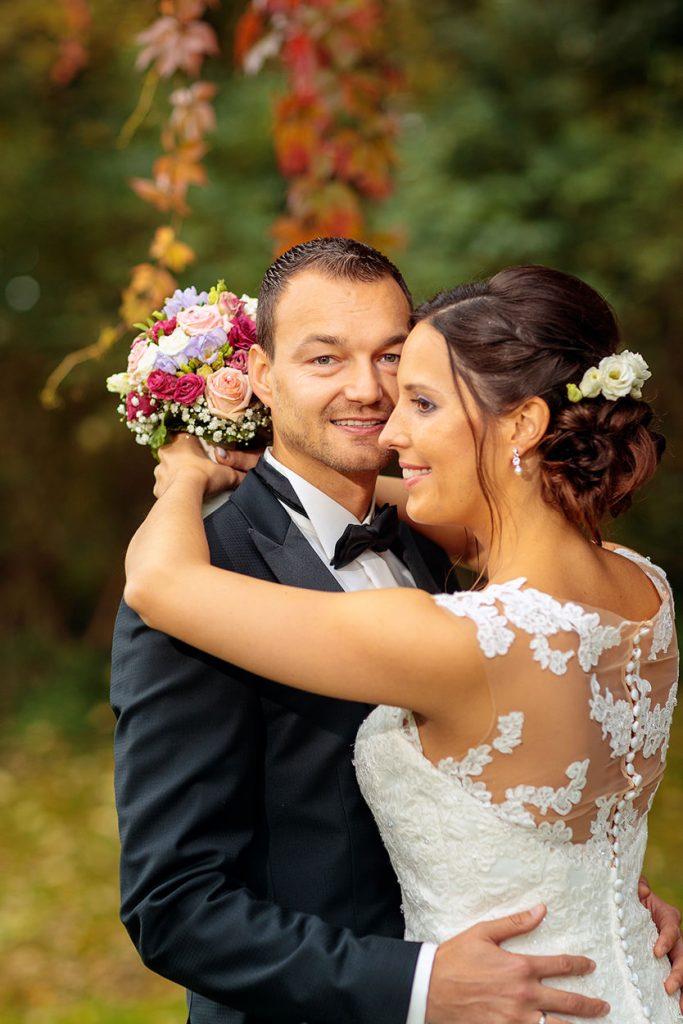 Der Bräutigam hält seine Braut fest in den Armen
