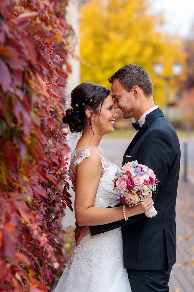 Liebevolle Blicke zwischen dem frisch getrauten Brautpaar