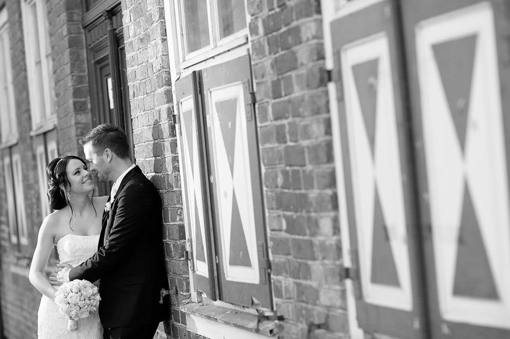 Das Brautpaar lehnt an einer Wand im Holländischen Viertel
