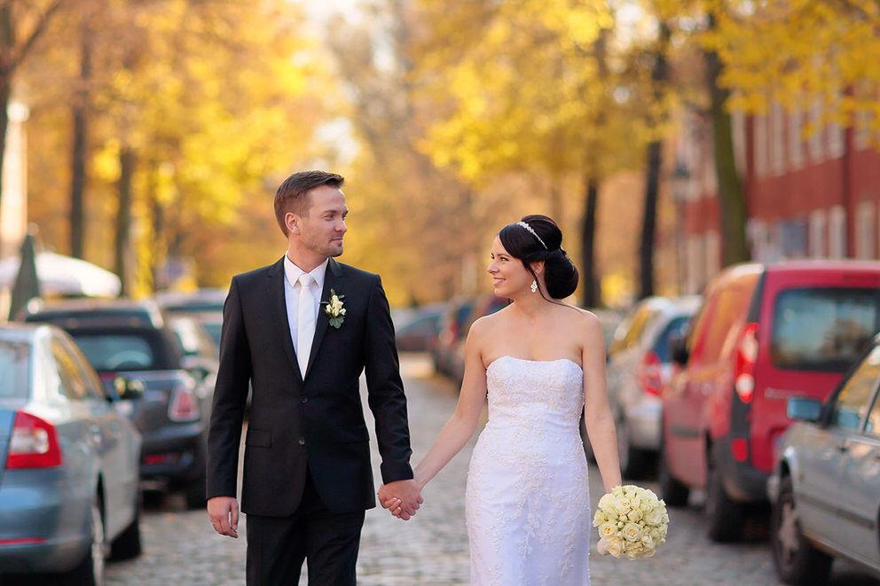 Das Brautpaar schlendert durch das Holländische Viertel