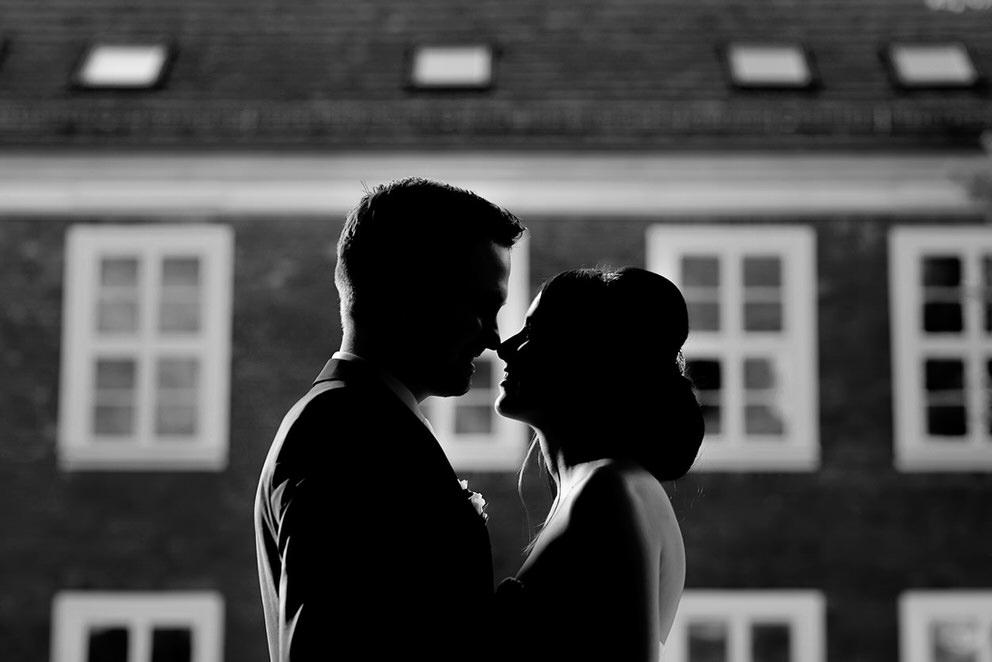 Zärtliche Momente zwischen dem Brautpaar