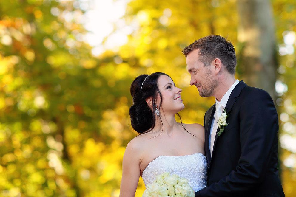 Brautpaar vor Herbstblättern im Oktober