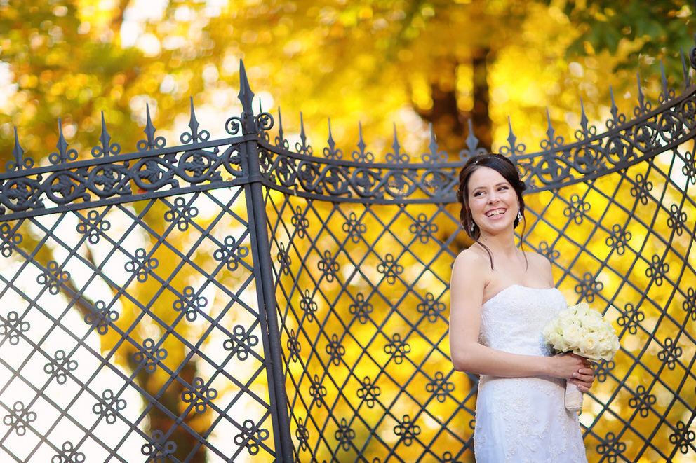 Eine strahlende Braut im Herbst im Schlosspark Glienicke