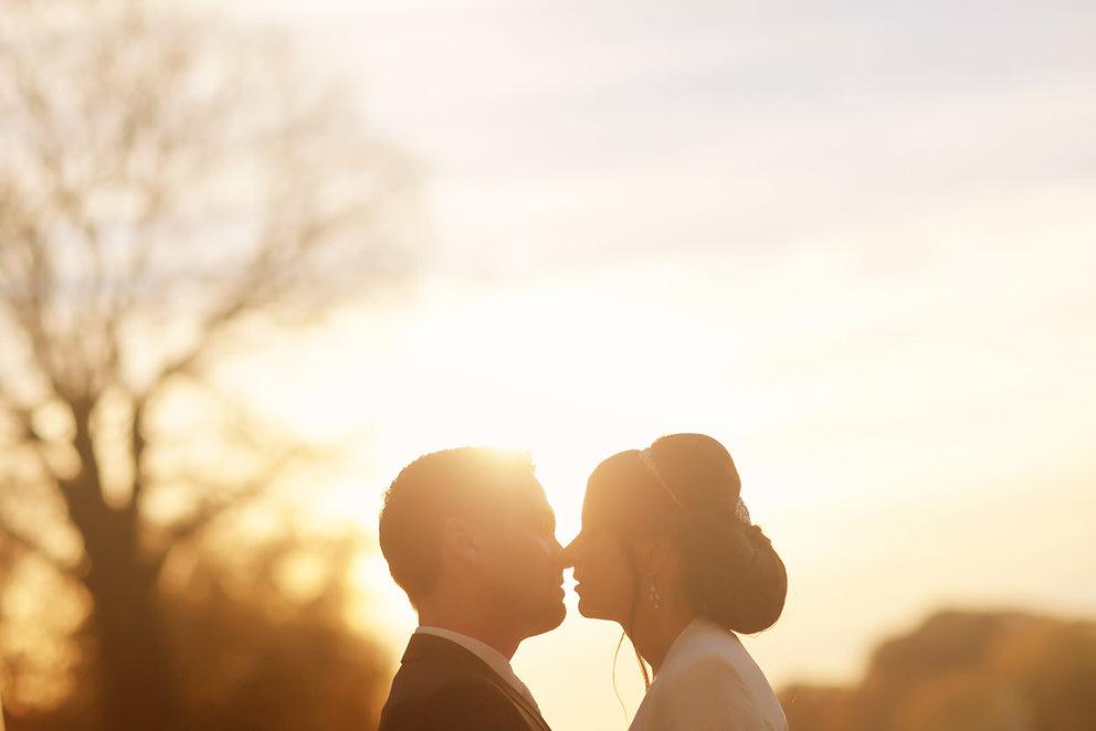 Das Brautpaar, umhüllt von den letzten Sonnenstrahlen des Tages