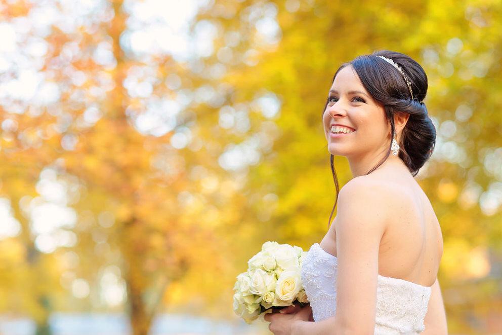 Die Braut in herbstlicher Umgebung