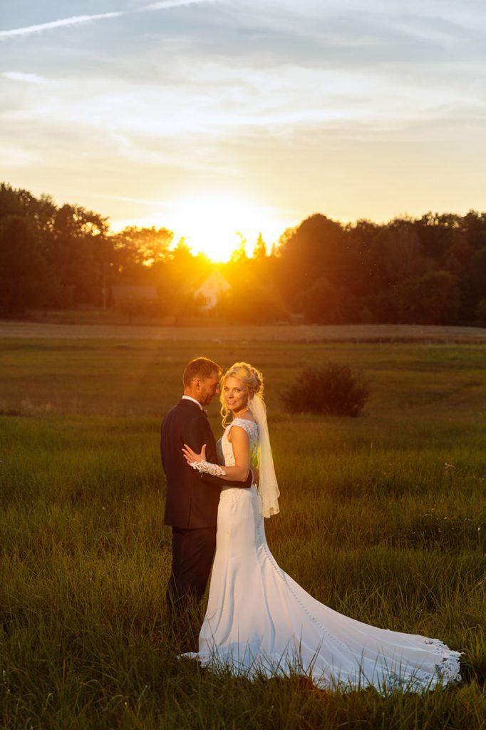 Hochzeitsfotos während des Sonnenuntergangs