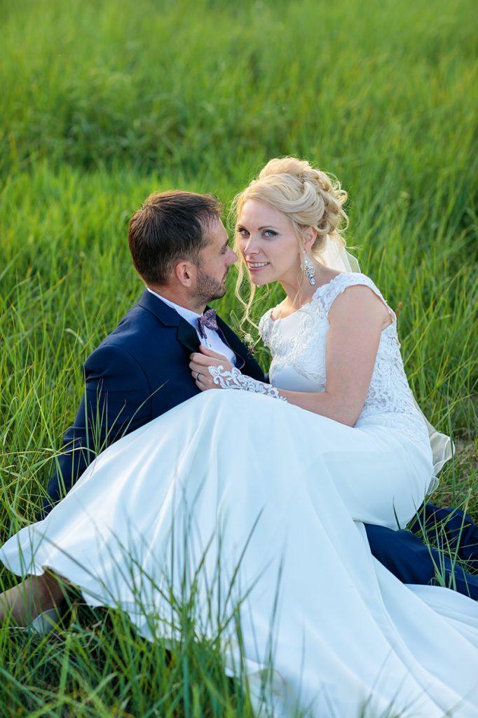Das Brautpaar im leuchtenden Feld beim Sonnenuntergang