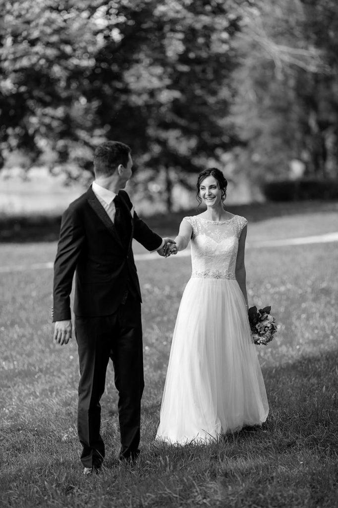 Das Brautpaar spaziert über die Wiesen vom Landgut Stober