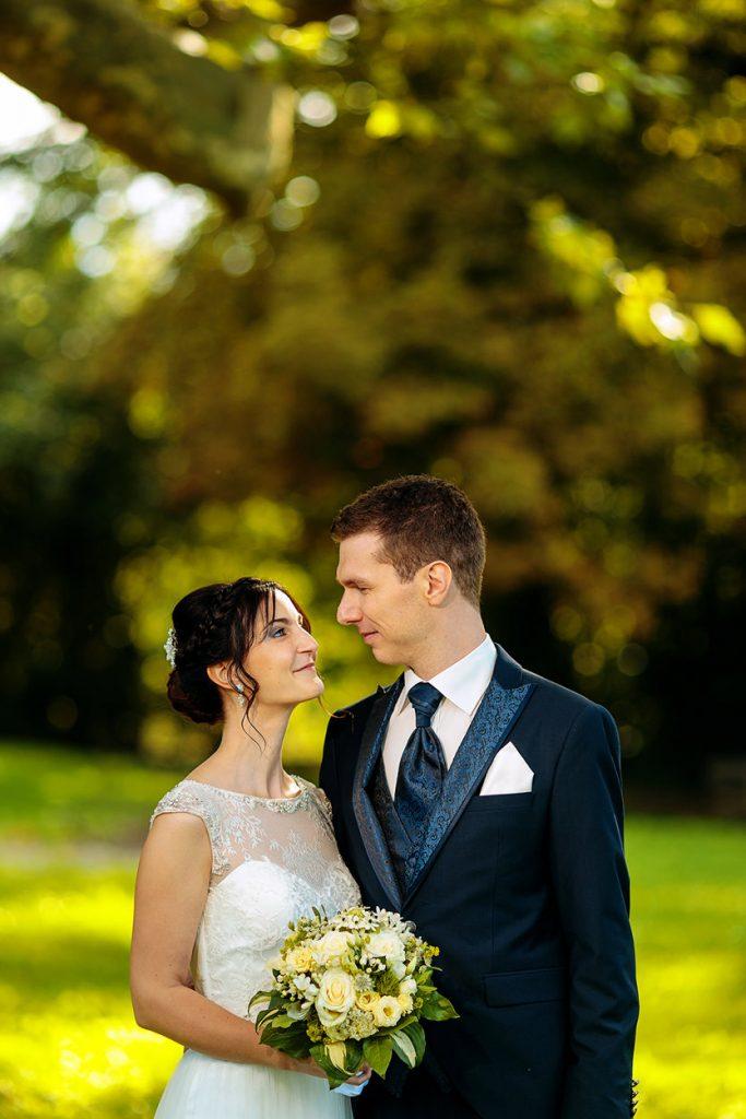 Liebevolle Blicke zwischen dem Brautpaar während unserer ersten Runde für Hochzeitsfotos