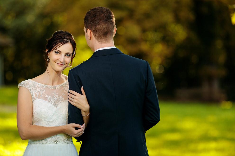 Das Brautpaar während der Hochzeitsfotos auf dem Landgut Stober