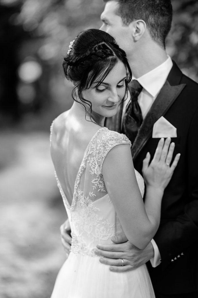 Eine sinnliche Braut am Hochzeitstag auf dem Landgut Stober bei Nauen