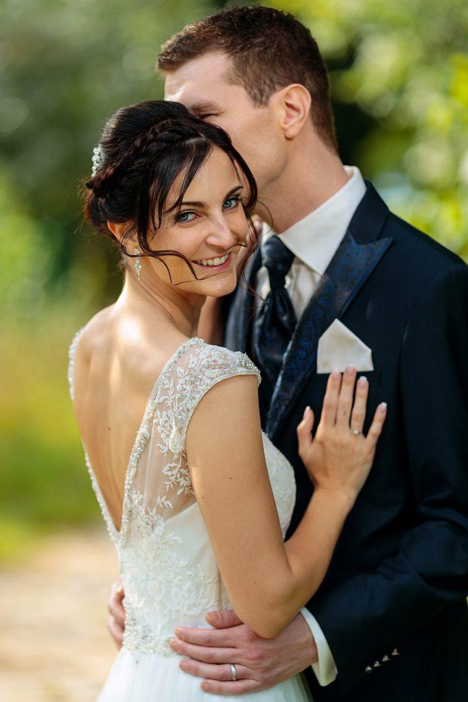 Eine strahlende Braut am Hochzeitstag auf dem Landgut Stober bei Nauen