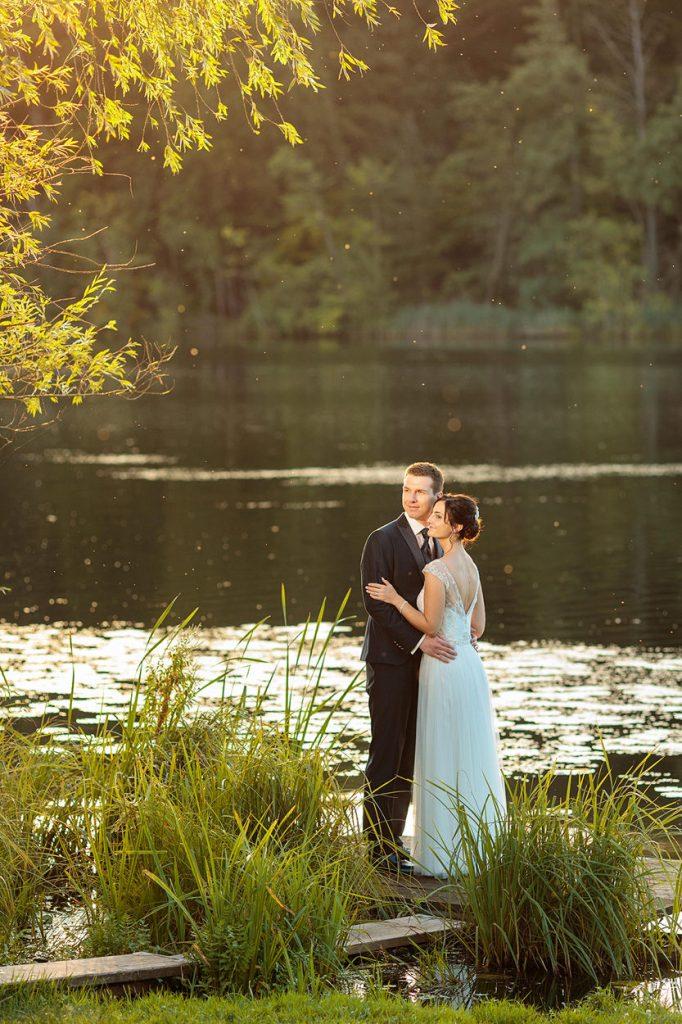 Das Brautpaar am Ufer des Groß Behnitzer Sees zum Sonnenuntergang