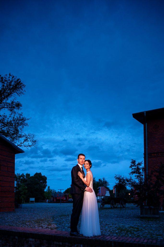 Hochzeitsfotos zur Blauen Stunde auf dem Gelände vom Landgut Stober